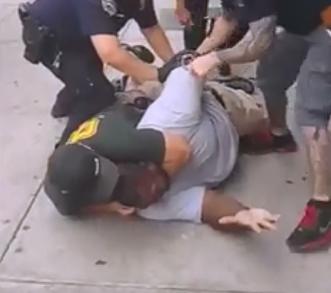 Eric_Garner_police_confrontation_screenshot.PNG.75b163b8db71b37edb5d06c2a18b2c3b.PNG