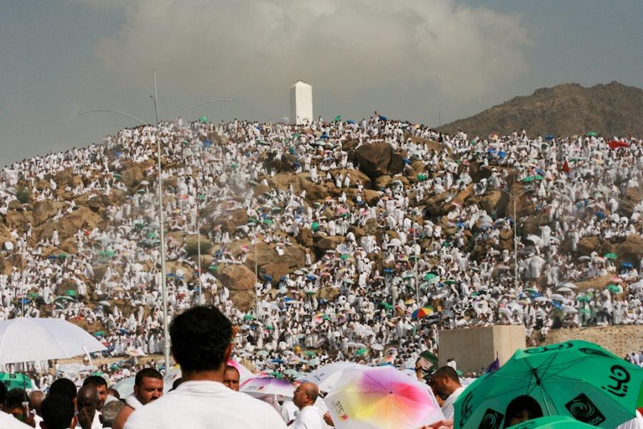 84345274_Pilgrims_cover_Arafats_roads_plains_and_mountain_-_Flickr_-_Al_Jazeera_English.jpg.c11c9d6e47b33792fdc12a88bd48cb40.jpg